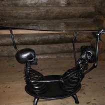 Стол со скелетами, в Москве