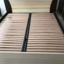 Продам двухспальную кровать с матрасом и тумбочками, в Красноярске