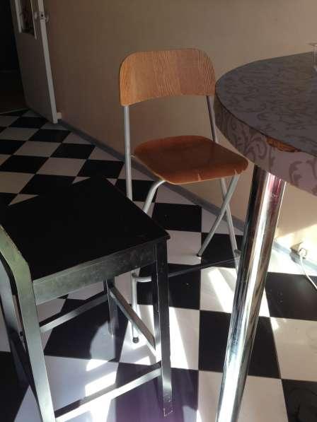Барная стойка и два стула