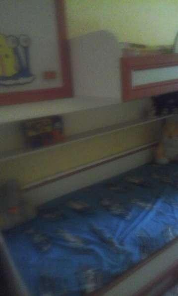 Продам детскую 2-ярусную кровать с 2-мя встроенными шкафами в фото 3
