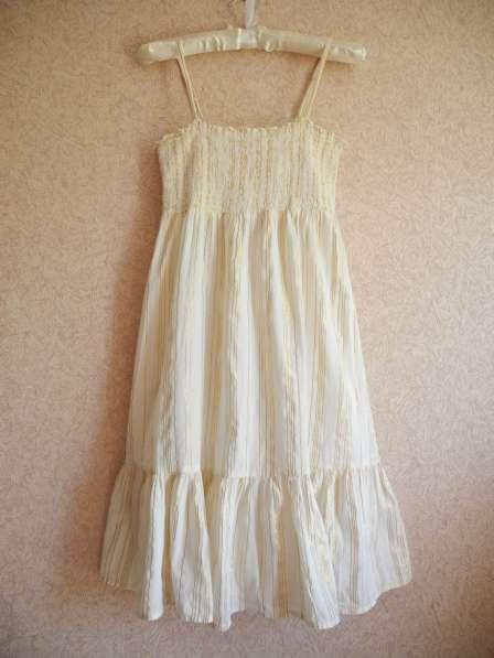 Белое платье-сарафан с золотой нитью H&M в фото 4