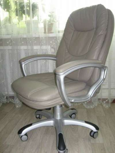 серое кресло