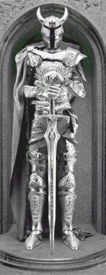 Рыцарь в плаще-статуя из металла, в Краснодаре