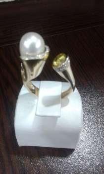 Стильное кольцо с жемчугом и хризолитом, в Москве