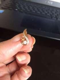 Найдена сережка из желтого металла с бесцветным камнем, в Санкт-Петербурге