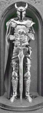 Рыцарь в плаще-статуя из металла