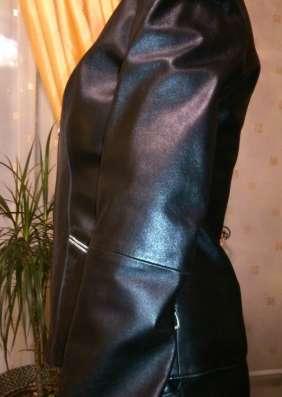 Куртка кожаная, черного цвета, с белым воротником и манжетам