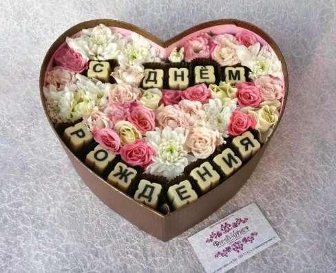 Коробочка с цветами и буквами
