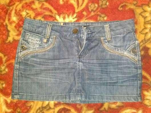 Джинсовая мини юбка на стройную девушку. С кармашками