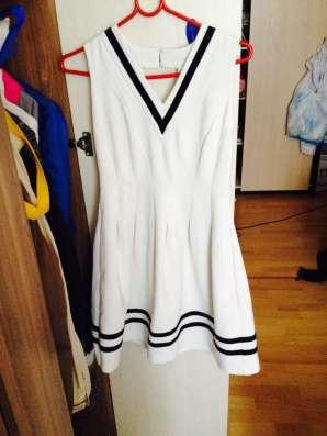 Платье белое в черные полоски