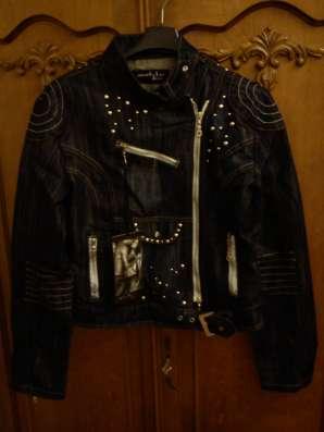 Женская джинсовая куртка в байкерском стиле