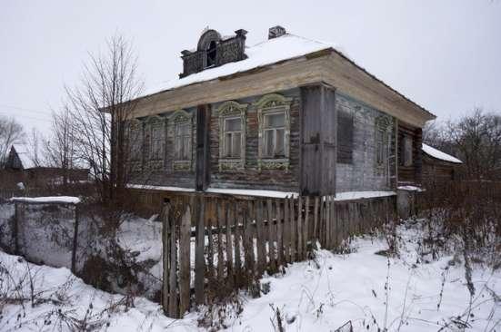 Бревенчатый дом в тихой деревне,