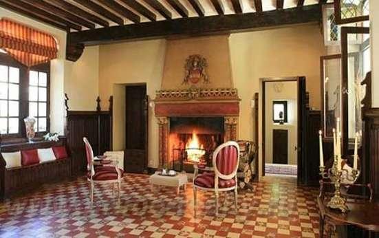 Продается шикарный замок-отель в 80 км от Парижа