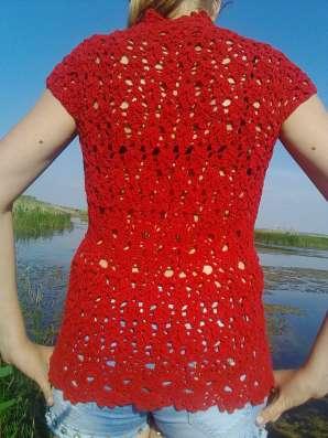 Красная вязаная блузка