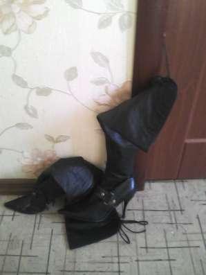 Две пары осенних сапог на каблуке чёрного цвета